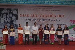 Lãnh đạo Sở GD & ĐT trao giấy khen cho cá nhân, tập thể có thành tích xuất sắc trong tổ chức văn hóa đọc tại các nhà trường