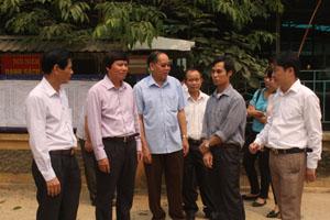 Đồng chí Trần Đăng Ninh, Phó Bí thư thường trực Tỉnh ủy và các thành viên đoàn công tác kiểm tra thực tế công tác chuẩn bị bầu cử tại xã Chiềng Châu.