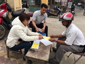 Vừa triển khai chiến dịch tiêm phòng bệnh dại trên đàn chó, Trạm thú y thành phố Hòa Bình vừa cấp giấy chứng nhận bảo hiểm trách nhiệm dân sự cho chủ nuôi chó.