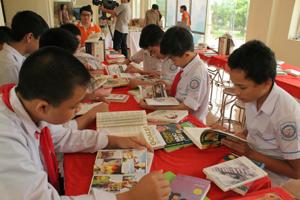 Đông đảo các em học sinh tham gia Ngày sách Việt Nam.