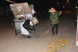 Công nhân Công ty CP môi trường đô thị Hòa Bình đảm bảo tốt việc quét, dọn thu gom, vận chuyển rác thải trên các tuyến đường thành phố Hòa Bình.