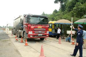 Lực lượng chức năng kiểm tra tải trọng xe tại Trạm kiểm tra xã Phong Phú - Tân Lạc.