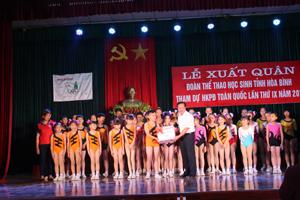 Lãnh đạo Sở GD-ĐT tặng quà cho đội tuyển Aerobic TH – THCS.