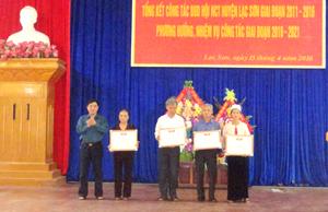 Đại diện lãnh đạo Hội NCT tỉnh tặng giấy khen cho các tập thể, cá nhân vì có thành tích xuất sắc trong phong trào Hội NCT giai đoạn 2011- 2016