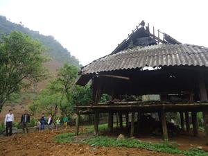 Trận lốc xoáy đã làm hư hỏng nặng căn nhà của ông Bùi Văn Báo, xóm Hày Dưới, xã Bắc Sơn(huyện Tân Lạc)