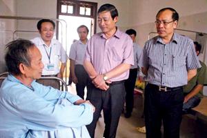Đồng chí Bùi Văn Cửu, Phó Chủ tịch TT UBND tỉnh và đoàn công tác thăm hỏi bệnh nhân tại Bệnh viện Đa khoa huyện Đà Bắc.