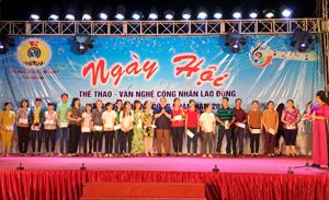 Lãnh đạo LĐLĐ tỉnh trao tặng 20 suất quà cho CNLĐ có hoàn cảnh đặc biệt khó khăn.