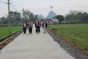 Đoàn công tác đi kiểm tra thực tế đường GTNT xóm Lòng, xã Yên Trị, Yên Thủy.