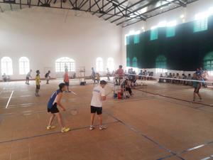 Các vận động viên khối cơ quan thi đấu môn cầu lông.
