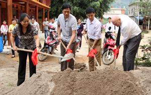 Đại diện lãnh đạo Hội LHPN tỉnh, huyện Lạc Sơn, đơn vị tài trợ tại lễ khởi công.