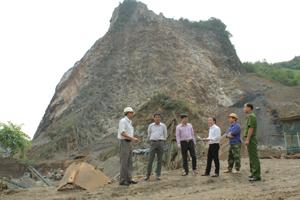 Đoàn kiểm tra liên ngành kiểm tra mỏ đá của Công ty TNHH MTV Quang Huy, xã Bình Thanh (Cao Phong).