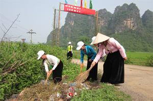 Cộng đồng dân cư xóm Cộng, xã Quy Hậu thường xuyên quét dọn, làm sạch môi trường đường làng ngõ xóm.