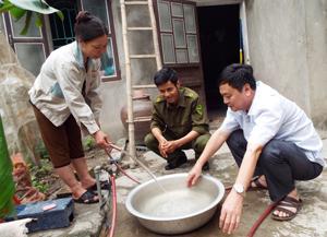Gia đình chị Quách Thị Duyên, xóm Ngọc, xã Trung Minh (TP Hòa Bình) đã được dùng nước sinh hoạt hợp vệ sinh.