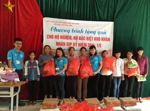 Đội tình nguyện viên CTĐ thành phố Hòa Bình trao quà cho hộ nghèo của xã Quyết Chiến (Tân Lạc).