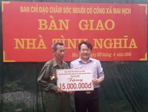 Lãnh đạo Sở LĐ-TB&XH, trao tiền hỗ trợ xây dựng nhà tình nghĩa cho ông Vì Văn Toản.