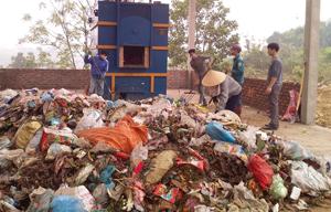 Lò đốt rác kiểu mới tại thị trấn Cao Phong đang được chạy thử nghiệm công suất 500 kg/h.