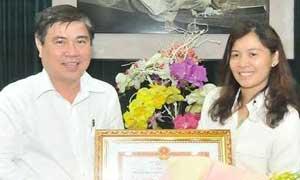 Ông Nguyễn Thành Phong trao Bằng khen cho Nhà báo Hàn Ni.
