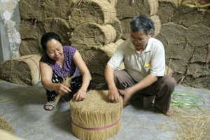 Vợ chồng thương binh Nguyễn Ngọc Tuấn, tổ 26, phường Đồng Tiến (thành phố Hòa Bình) phát triển nghề chẻ tăm ổn định cuộc sống gia đình.