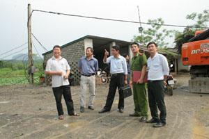 Đoàn kiểm tra liên ngành kiểm tra thực tế tại mỏ khai thác đá Doanh nghiệp tư nhân Song Nghĩa, xã Văn Nghĩa (Lạc Sơn).