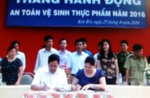 Các ngành chức năng và các cơ sở kinh doanh thực phẩm trên địa bàn huyện ký cam kết thực hiện an toàn vệ sinh thực phẩm.