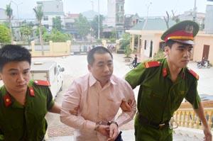 Với hành vi mua bán trái phép gần chục kg Heroin, thầy giáo Khà A Dếnh đã phải nhận bản án tử hình.