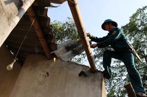 """Lực lượng """"4 tại chỗ"""" giúp đỡ hộ bị thiên tai xã Đồng Bảng (Mai Châu) khắc phục hậu quả."""
