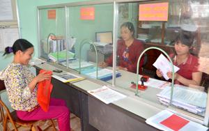 """Chị Bùi Thị Sinh (góc trong cùng) luôn có mặt tại bộ phận """"một cửa"""" hướng dẫn các tổ chức, công dân khi có yêu cầu giải quyết công việc được nhanh gọn."""