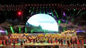 """Màn trình diễn nghệ thuật """"Lai Châu - bản tình ca của những sắc màu"""" trong đêm khai mạc."""