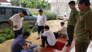Cán bộ Chi cục Chăn nuôi và Thú y tiến hành test nhanh trên các mẫu nước tiểu đàn lợn kiểm tra chất cấm trong chăn nuôi lợn tại xã Ngọc Mỹ, Tân Lạc.