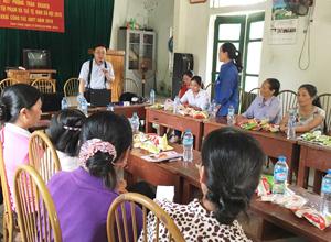 Phụ nữ xóm Tràng, xã Tu Lý (Đà Bắc) được tư vấn về quyền tiếp cận đất đai.