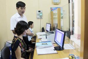 Cán bộ BHXH huyện Lạc Thủy nhập số nhân khẩu từ mẫu DK01 vào phần mềm quản lý.