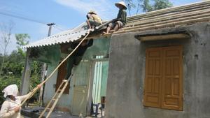 Lực lượng 4 tại chỗ xã Dân Hạ hỗ trợ ngày công lợp lại mái nhà cho hộ dân gặp thiên tai.