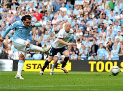 Carlos Tevez (trái) trong pha ghi bàn từ chấm 11m vào lưới Aston Villa