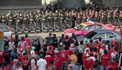 Người biểu tình UDD và binh lính.