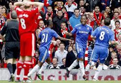 Niềm vui của các cầu thủ Chelsea (áo xanh) sau khi Drogba ghi bàn mở tỷ số vào lưới Liverpool.