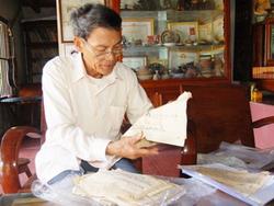Ông Đặng Thoại Tuyền giới thiệu về thư tịch cổ về Hoàng Sa và Trường Sa đang lưu giữ