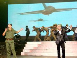 """Ca sĩ Đức Tuấn và Kasim Hoàng Vũ trong tiết mục """"Lá đỏ - Anh vẫn hành quân""""."""