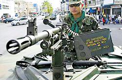 Xe bọc thép xuất hiện trên đường phố Bangkok.