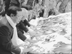 Lãnh đạo TP Hà Nội trong buổi lễ hoàn thành bức tranh thêu khổ lớn Ước nguyện ngàn năm Thăng Long