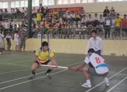 Các VĐV thi đấu bộ môn đẩy gậy trong khuôn khổ Đại hội TDTT tỉnh Hòa Bình lần thứ IV/2010