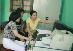 Cán bộ TT- CNTT Văn phòng Tỉnh ủy trực tiếp hướng dẫn trên máy tính về phần mền chuyên ngành Kỹ thuật cho các cán bộ UBKT Tỉnh uỷ