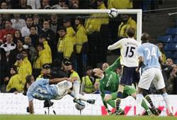 Tiền đạo Peter Crouch (số 15, Tottenham) trong pha đánh đầu ghi bàn vào lưới Man.City.