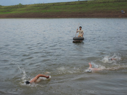 Các VĐV nỗ lực thi đấu ở nội dung bơi vượt sông nam chính