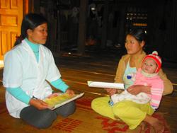 Cán bộ trạm y tế Noong Luông (Mai Châu) tuyên truyền tại hộ gia đình