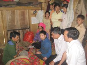 Nạn nhân CĐDC xã Tân Pheo nhận được sự thăm hỏi, động viên của lãnh đạo Tỉnh uỷ, Uỷ ban MTTQ Việt Nam tỉnh.