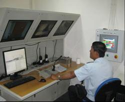 Cán bộ hải quan trong phòng điều khiển máy soi container