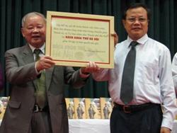 Giáo sư Lê Xuân Tùng trao tượng trưng bộ Bách khoa thư Hà Nội và bản quyền tác giả cho Hà Nội.
