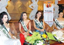 Trúc Diễm (ngoài cùng bên trái) cùng các người đẹp thế giới tham dự Miss Earth 2007 tại Nha Trang