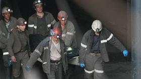 Nhân viên cứu hộ khiêng thi thể một thợ mỏ ra khỏi mỏ Raspadskaya hôm 13-5