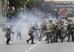 Binh sĩ và người biểu tình đụng độ ở trung tâm Bangkok, Thái Lan hôm 14-5.
